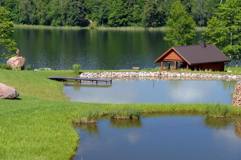 Pirtis ant ežero kranto