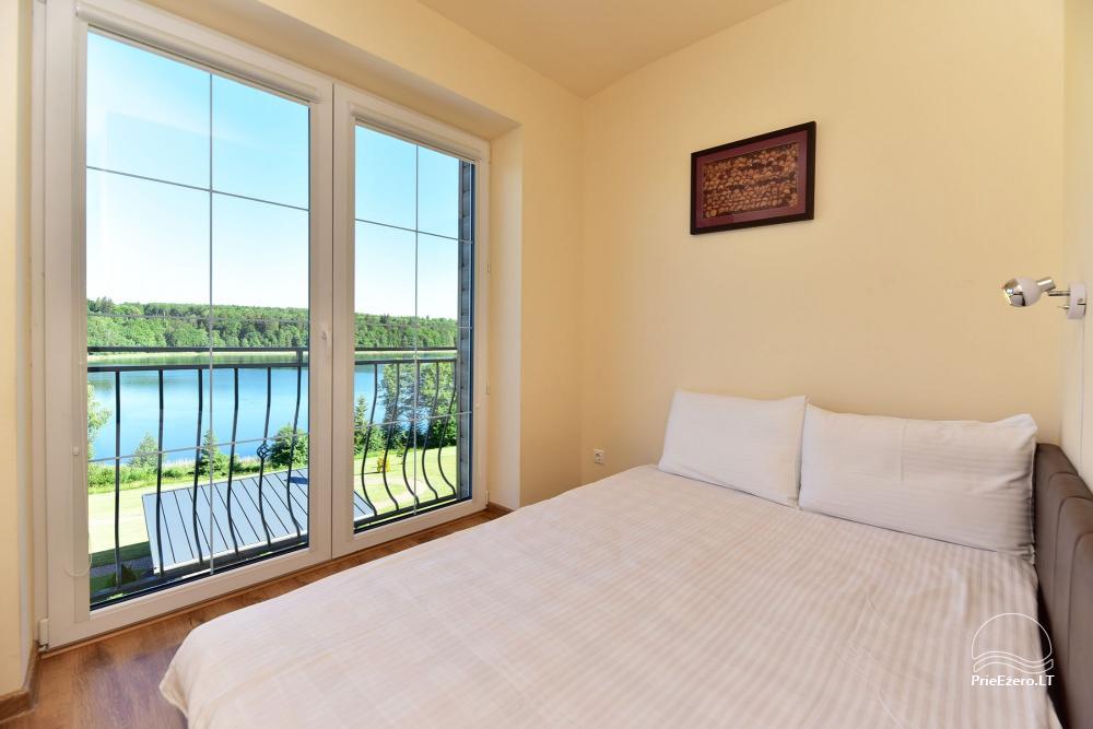 Miegamieji su vonios kamabriais ir vaizdu į ežerą