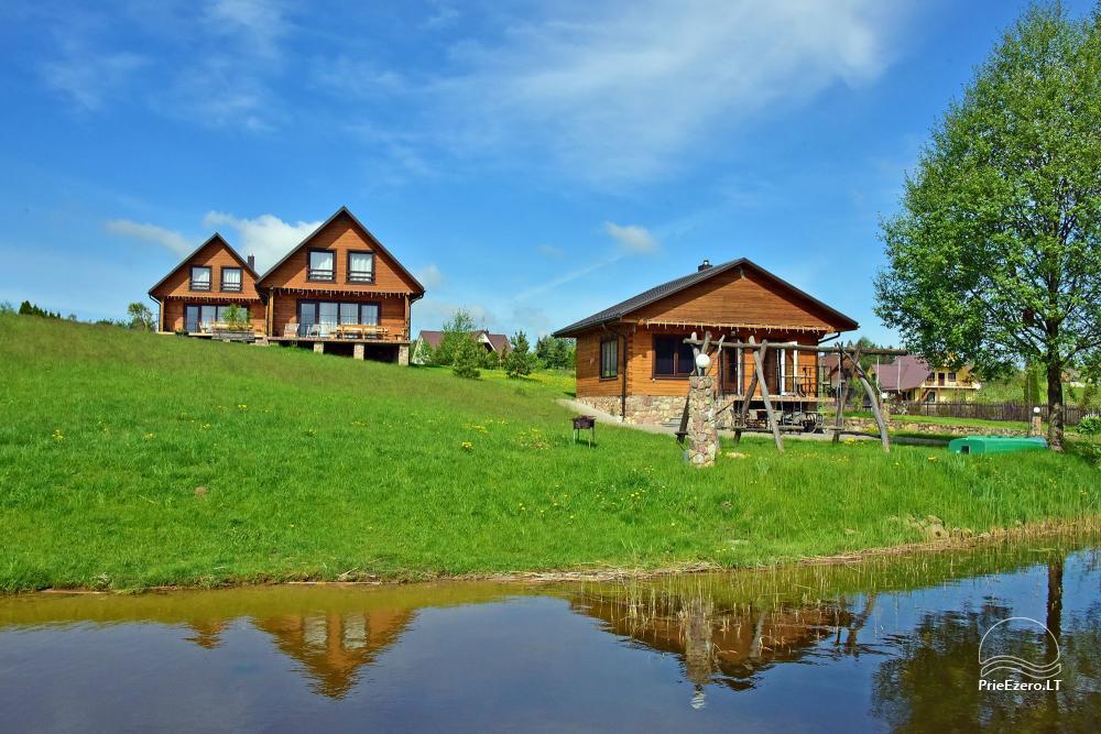 Du 10-viečiai nameliai ant ežero kranto