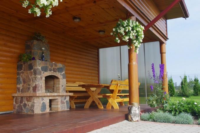 Terasa su židiniu ir lauko stalu