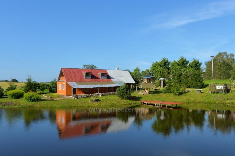 Pirmas namas: salė, virtuvė, miegamos vietos, pirtis, kubilas, terasa, pavėsinė, grilis, atskiras tvenkinys su tilteliu