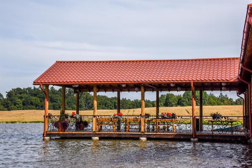 Pagrindinio namo terasa ant vandens
