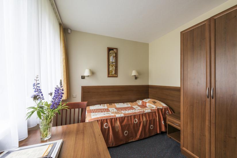 Vienvietis standartinis kambarys pritaikytas svečiui su negalia