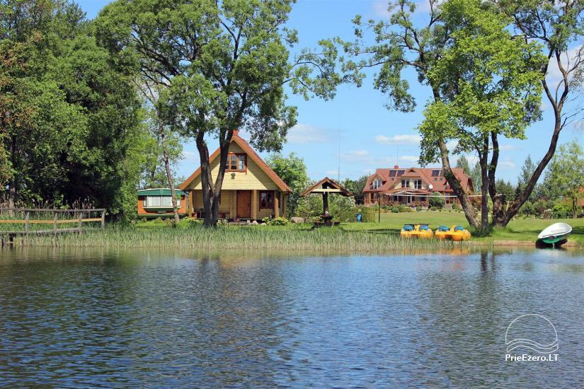 Pirtelė ant ežero kranto