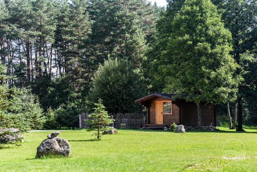 62 – Baidarkiemis: nameliai, stovyklavietė ant upės kranto
