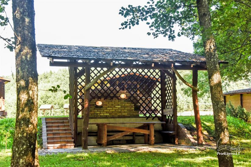 68 – Baidarkiemis: nameliai, stovyklavietė ant upės kranto