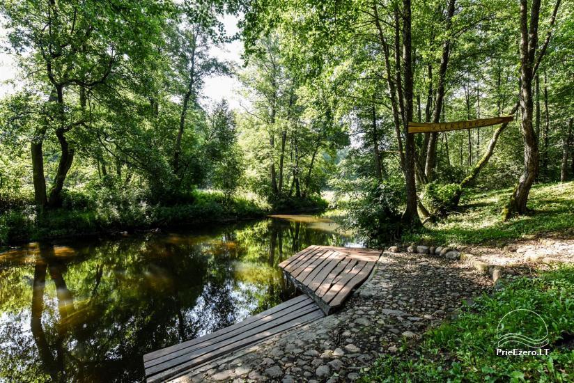 69 – Baidarkiemis: nameliai, stovyklavietė ant upės kranto