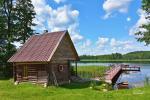 Baidarės ir stovyklavietė ant ežero kranto prie Ignalinos