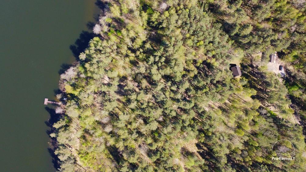 Du nameliai miške vienkiemyje su atskiromis ežero pakrantėmis - 26