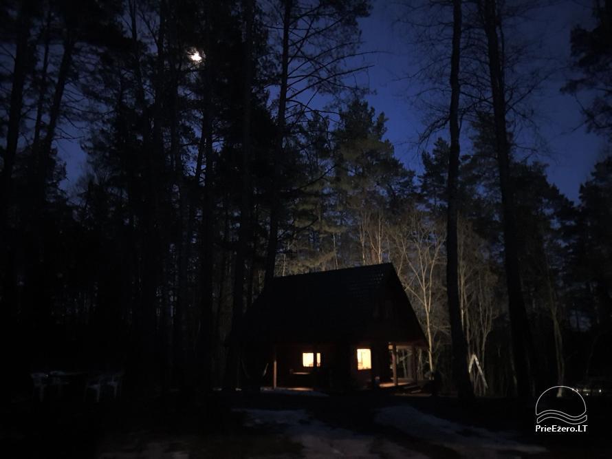 Du nameliai miške vienkiemyje su atskiromis ežero pakrantėmis - 13