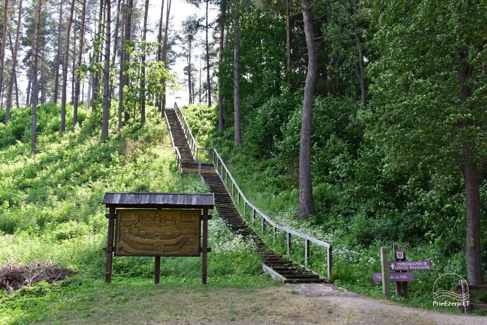 Ginučių piliakalnis už 1 km nuo sodybos