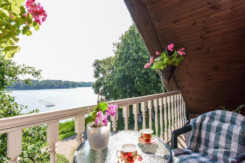 Dvivietis antrame aukšte su balkonu ir vaizdu į ežerą