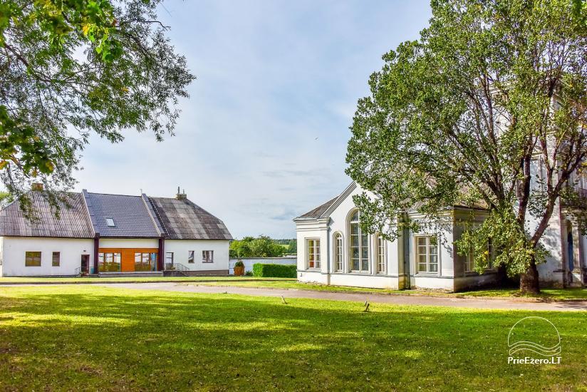 Paežerių dvaro rūmai ir parkas šalia sodybos