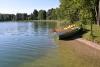 Ežero pakrantė, valtys, vandens dviratis