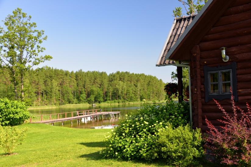 Pirmas namelis ant ežero kranto