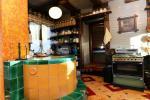 13 vietų namas: svetainė-valgomasis, virtuvė, 5 miegamieji, terasa, balkonai, WC - 13